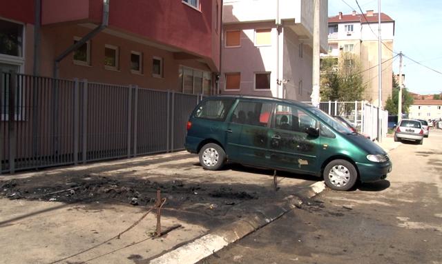 У Косовској Митровици током ноћи изгорела три возила