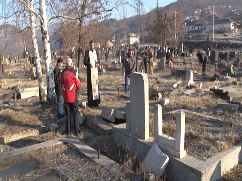 kosovska-mitrovica-na-groblju-unisteno-90-odsto-nadgrobnih-spomenika