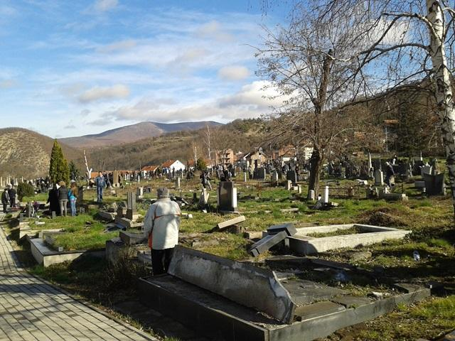 na-zadusnice-srbi-posetili-groblje-u-juznom-delu-mitrovice