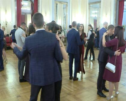 studentski-humanitarni-bal-pokloni-deci-sa-kosova