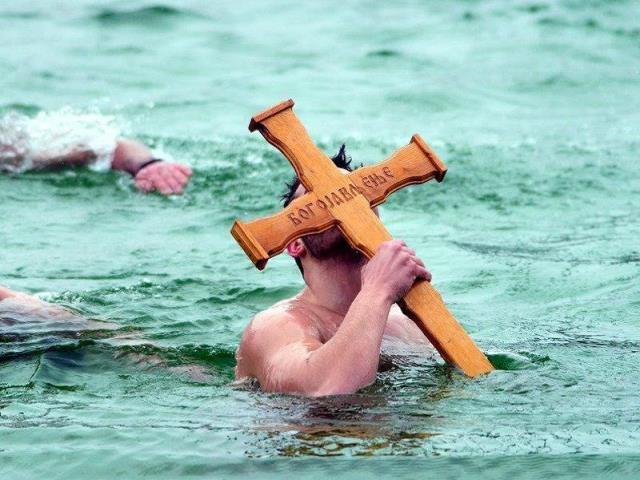 plivanje-za-casni-krst-na-jezeru-gazivode