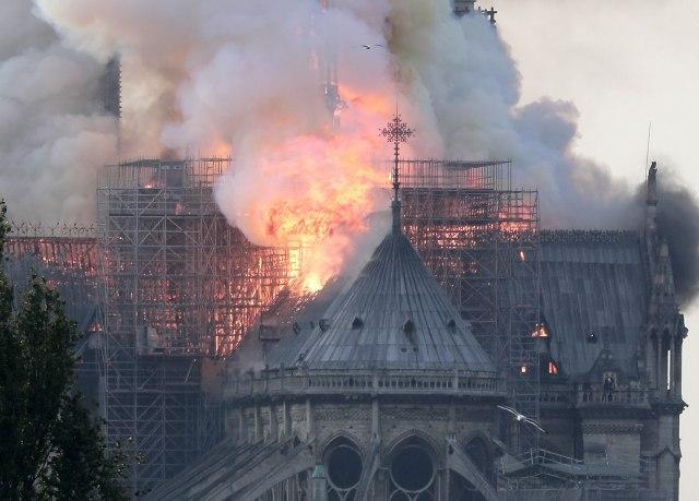 veliki-pozar-unistio-katedralu-notr-dam-u-parizu
