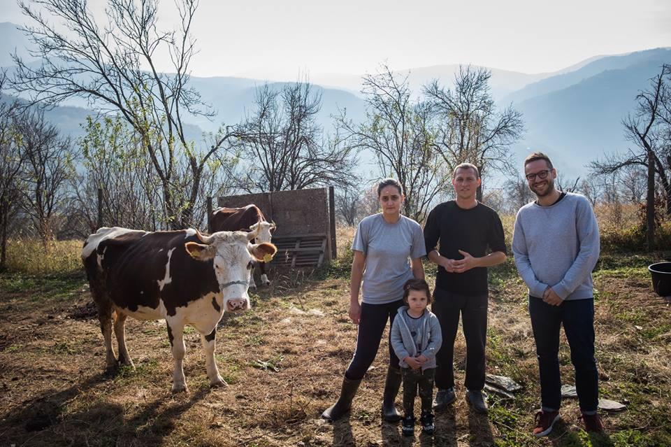 organizacija-srbi-za-srbe-donirala-dve-krave-porodici-stojanovic-iz-sela-zivinjane