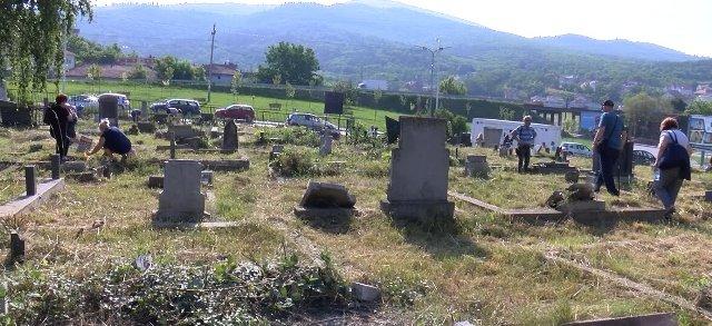 srbi-obelezili-zadusnice-i-na-groblju-u-juznom-delu-mitrovice