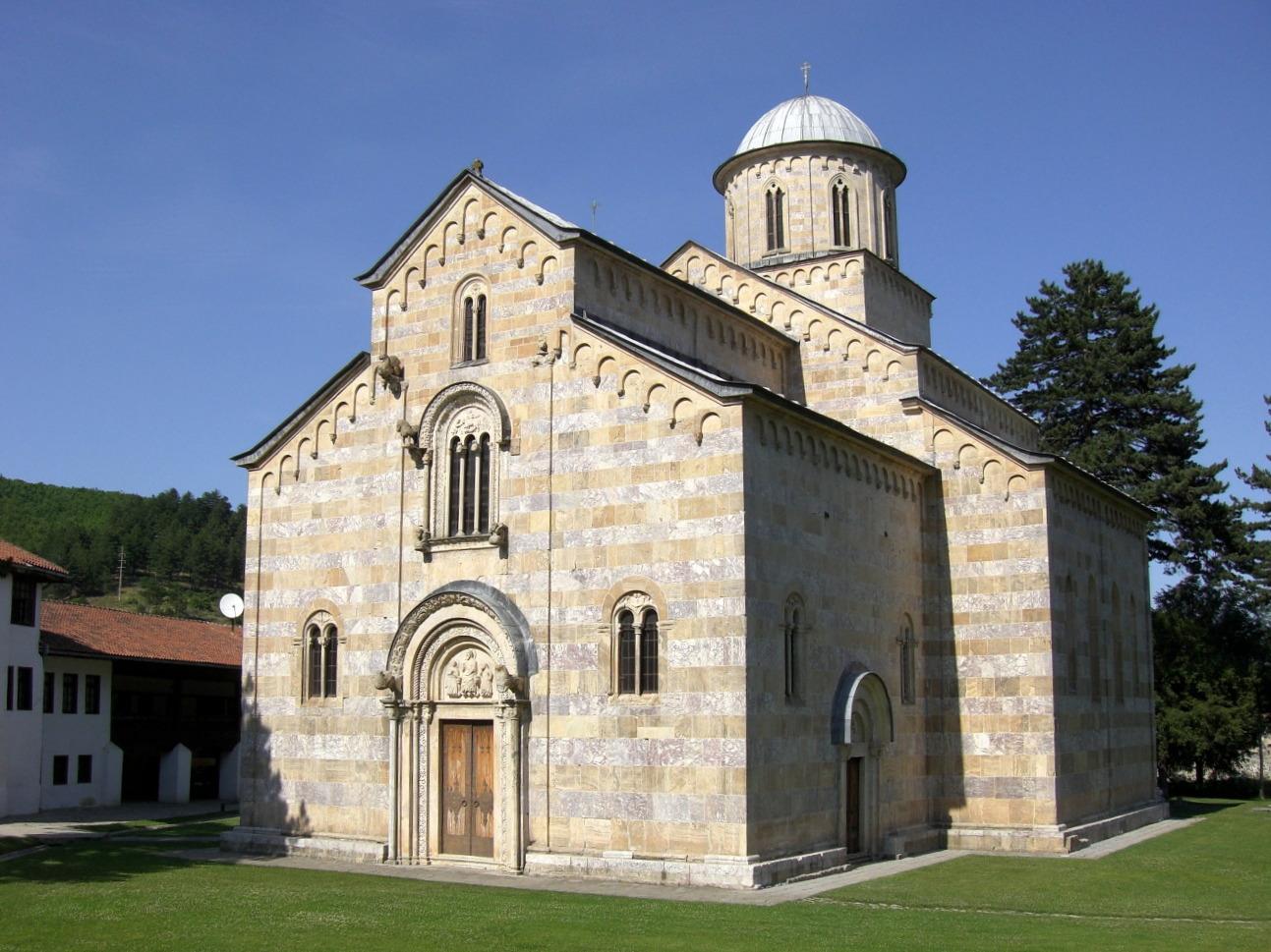 albanski-istoricari-iguman-visokih-decana-da-se-izvini-za-genocid-srpske-drzave-i-naroda-a-manastir-je-albanski