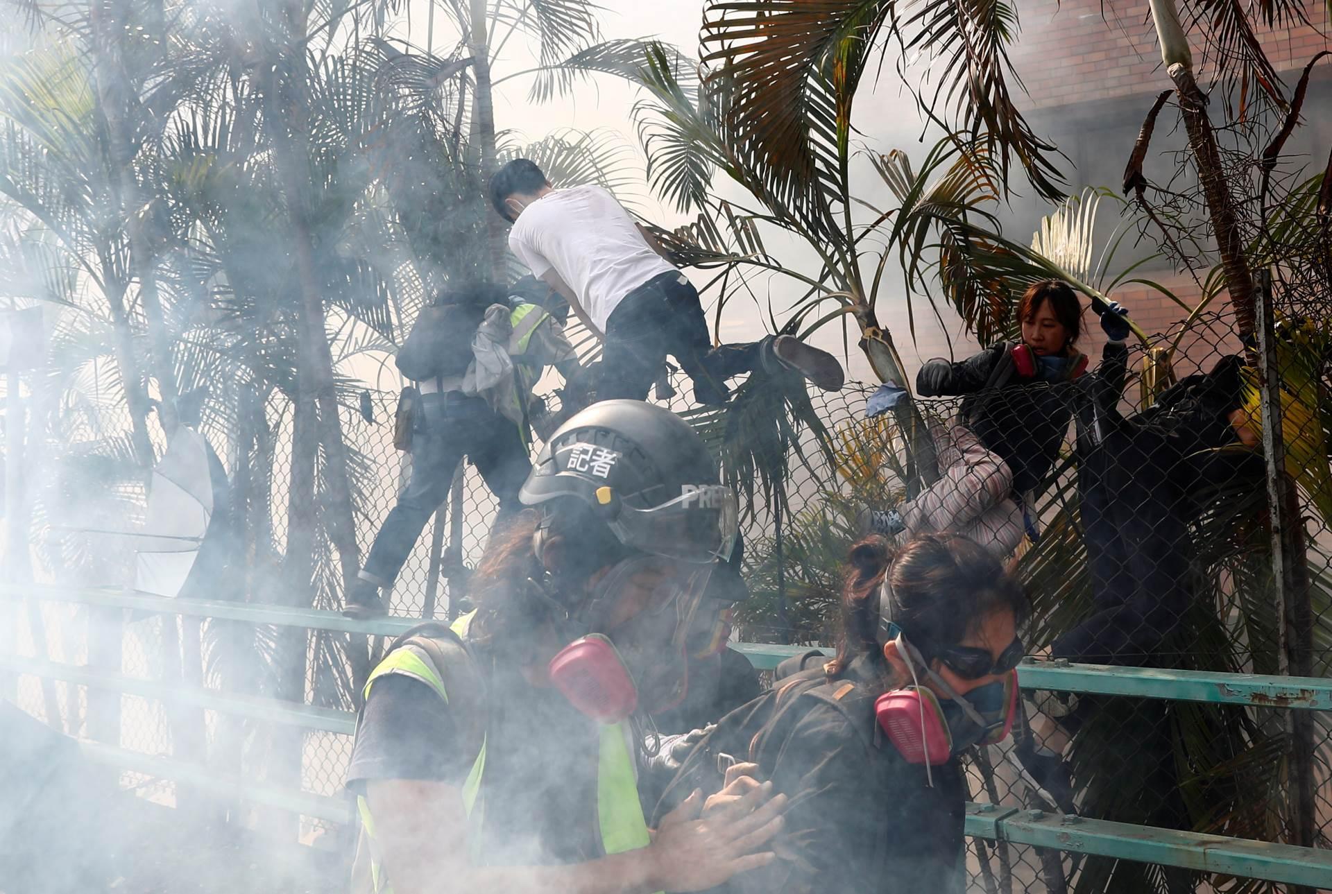 policija-opkolila-univerzitet-u-hongkongu-studenti-beze