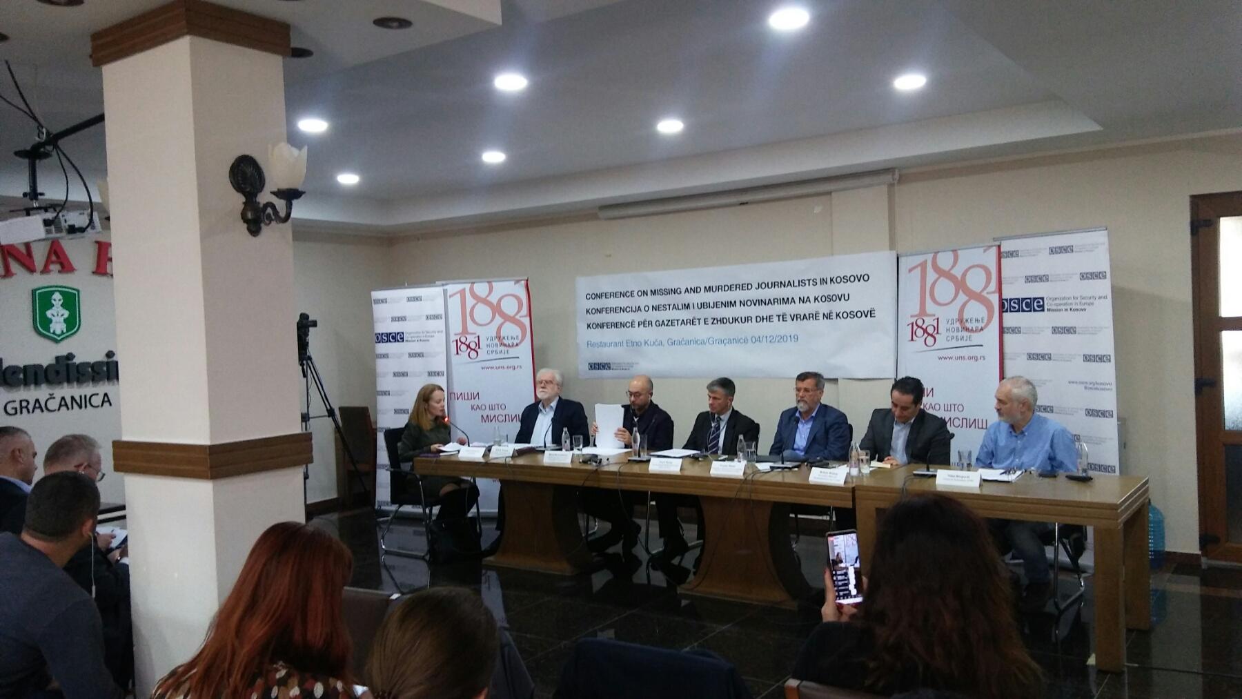 gracanica-konferencija-o-ubijenim-i-nestalim-novinarima-na-kosovu-foto