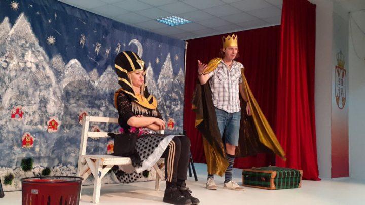 predstava-novogodisnji-kofer-odigrana-pred-mitrovackim-osnovcima