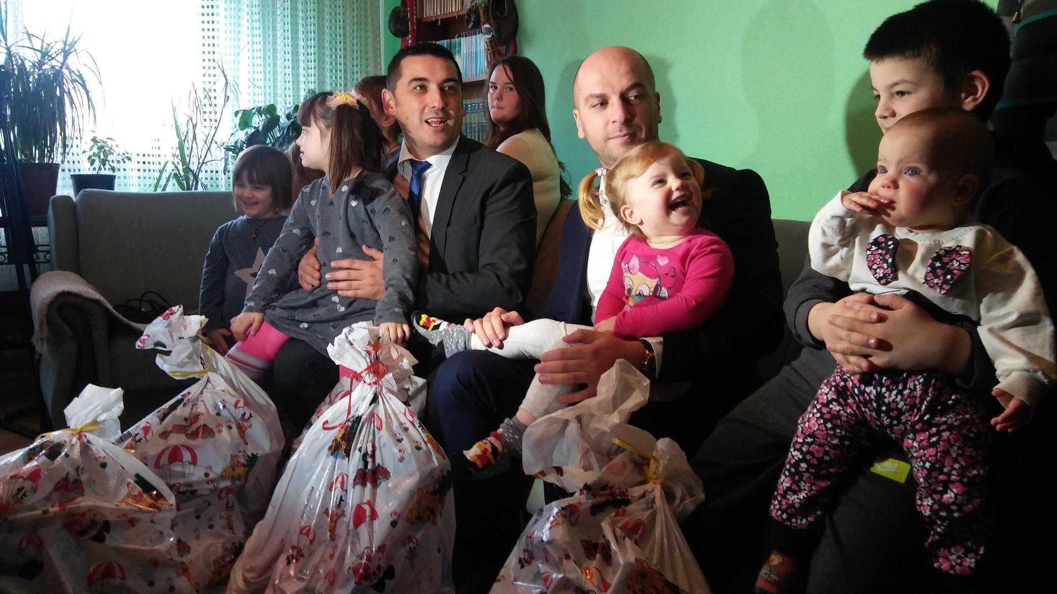 vukovicima-novogodisnji-paketici-i-stipendija-za-skolovanje-dece-foto