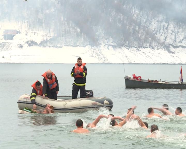 plivanje-za-casni-krst-na-jezeru-gazivode-2