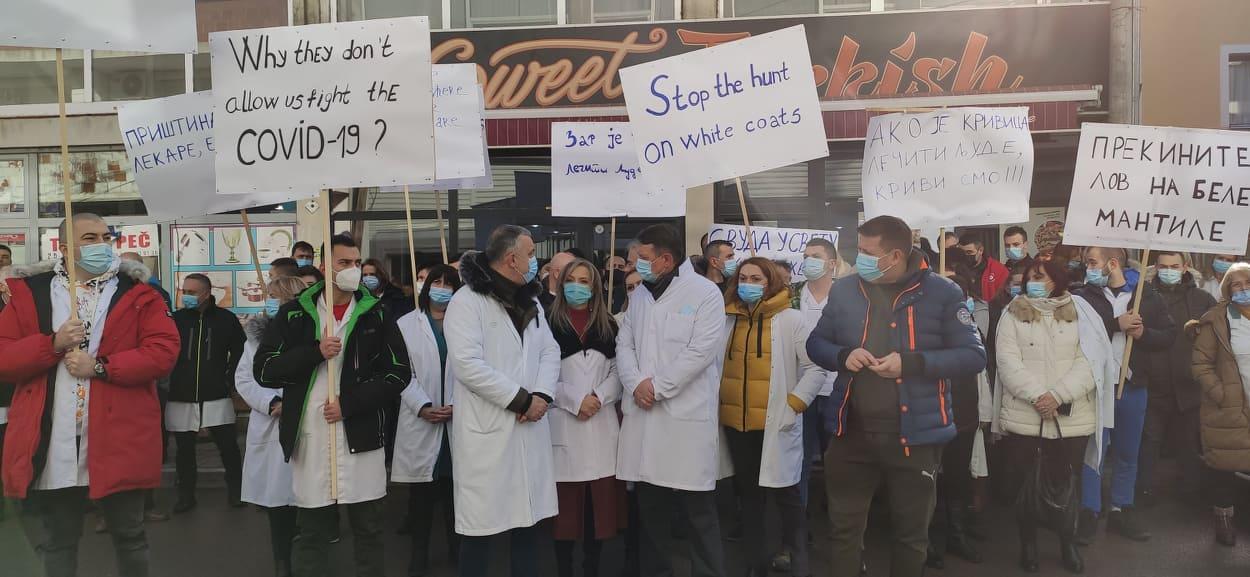 protest-zdravstvenih-radnika-u-kosovskoj-mitrovici-prekinite-lov-na-bele-mantile