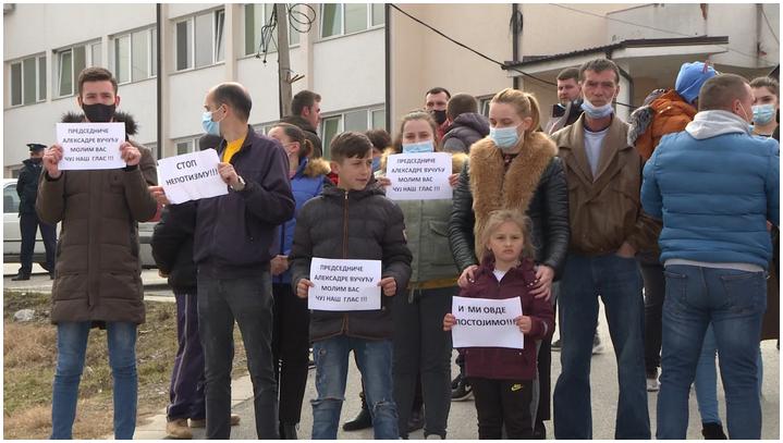pasjane-ucesnici-protesta-traze-smenu-direktora-zdravstvenog-centra-u-gnjilanu