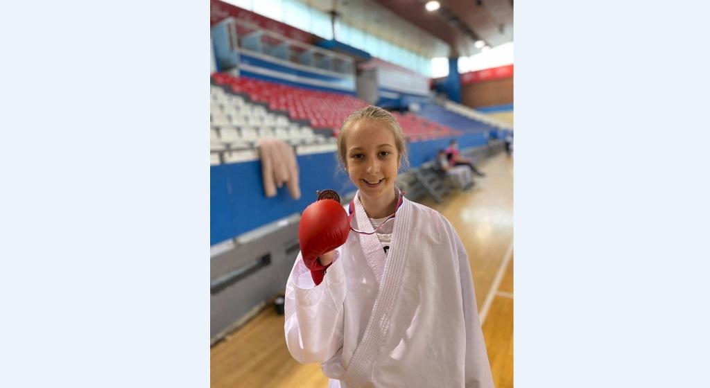 bronza-za-teodoru-savic-iz-leposavica-na-skolskom-prvenstvu-srbije-u-karateu
