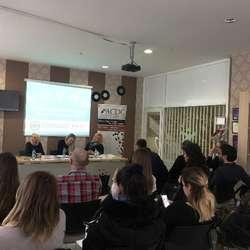 acdc-edukacija-povezivanje-i-veca-vidljivost-u-medijima-u-cilju-boljeg-polozaja-zena-u-politici