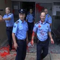 crvenom-farbom-na-policiju-zbog-dvostrukog-ubistva