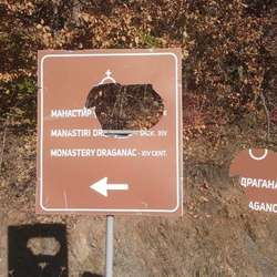 polomljen-putokaz-za-manastir-draganac