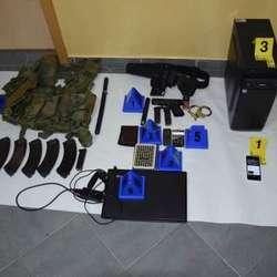 mitrovica-policija-zaplenila-oruzje-dron-telefone-foto