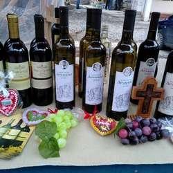 mitrovica-u-znaku-sv-trifuna-domaca-vina-rakije-proizvodi-od-meda