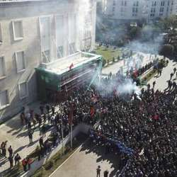 sukobi-demonstranata-i-policije-u-tirani-video