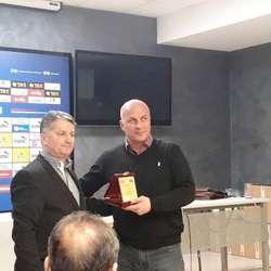 igor-uljarevic-dobitnik-plakete-za-unapredenje-i-doprinos-razvoju-decijeg-fudbala-u-srbiji-foto