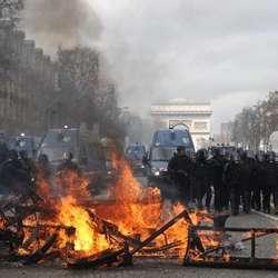 haos-na-ulicama-fr-sukobi-s-policijom-vatra-kamenice