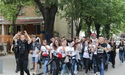 gimnazijalci-u-mitrovici-kolo-i-trubaci-za-kraj-foto-video-audio