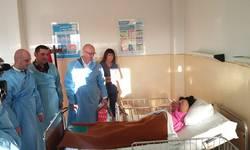 pokloni-malisanima-u-mitrovackoj-bolnici-svaka-novorodena-beba-je-najveca-investicija-foto